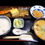 おいしい台所12カ月 - 〔日替ランチ〕鮭・玉子焼・納豆に味噌汁。まるで旅館の朝食のような、斬新なランチ!