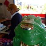 王府 - お馴染み、あまりお上品じゃない、銭を咥える翡翠の蛙。