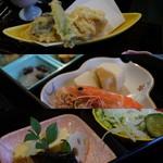 壽味家 - 料理写真:三段重はバラエティ豊か
