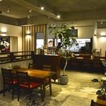 外食家 くじら - 木を基調とした店内 テーブル席