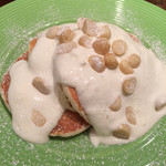 ウィキウィキ - マカダミアナッツとホイップクリームのパンケーキ¥1,100-