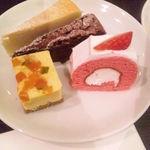34355580 - 1皿目・ベイクドチーズ、クラシックショコラ、マロンムース、いちごロール