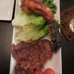 なんば赤狼 - 肉肉3種盛り合わせ@3500円のクロコダイルと牛イチボステーキ