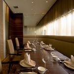 桂林 - 窓側に面した、ランチタイムは外光が差し込む明るく開放的な個室。