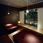 豆まる - 緑が映える中庭が見えるこのお部屋。8名様向け完全個室です。