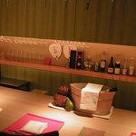 豆まる - 和風Barスタイルのカウンター。芸舞妓の団扇が華やかに演出してくれます