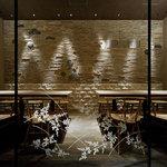 豆まる - 壁は京都天龍寺モチーフ。襖をイメージした温かみのあるテーブル席