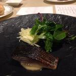 レストラン 香松 - 炙り真サバのハーブマリネ リンゴのサラダとともに