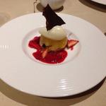 レストラン 香松 - 洋梨のソルベ 苺ソースとムースショコラとともに
