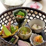 亀晴 - 竹かごランチ 1380円