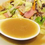 中華料理 泰洲園 - 良い塩梅に乳化した鶏ガラスープのまったり感がいいです。 とてもバランスが良くて、プロがきちんと作ったチャンポンという感じがします。