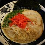 一刀竜 - 豚骨白(もやし追加):580円に紅生姜とゴマを入れるの図