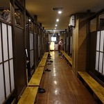 Torikku - 通路の両側に個室が並んでいます