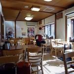 とんかつ伊勢 - 2階が食べる場所。平日11時半ごろ。