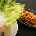 納豆とピリッ辛挽肉のレタス包み