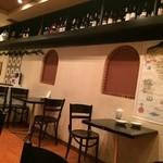 居酒屋 GACHA GACHA - 天井棚には30以上のワインやら日本酒やら焼酎やら…