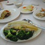鹿鳴春飯店 - 付き出し2品(ゆでピーナツ・漬物)と素鵝・炒時疏