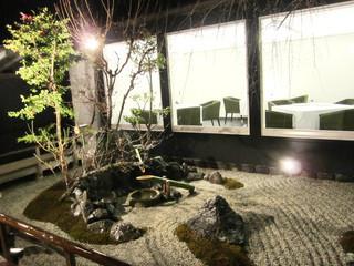 嵐山MITATE - 中庭。離れにはテーブルが複数見られます