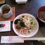 水琴茶堂 - おかわり自由のサラダとお汁、サービスの信玄生プリン