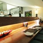 デュ・ヴァン・ハッシシ - 厨房が少しだけ見えるカウンター