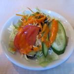 インド・ネパール料理 ロードブッダ - トマト、キュウリ、キャベツ、レタス、ニンジンのサラダアップ