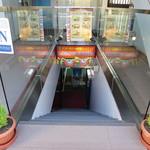 インド・ネパール料理 ロードブッダ - こちらの階段を降ります