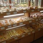 からりパン工房 - 斬新なデザインのパンが並ぶ