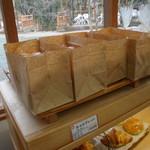 からりパン工房 - 食パンは人気商品