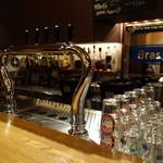 34394281 - クラフトビールのタップが一杯。