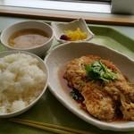 都庁第一本庁舎32階職員食堂 - 「A定食 (680円)」、この日は「ヒレカツ煮」でした
