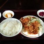 東京亭 - 若鶏の唐揚げ定食(¥880-)に2個餃子(¥220-)を追加♪ 唐揚げには甘酢がかかっていて美味しい(o^^o)