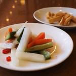 横浜大飯店 - 野菜の甘酢漬け、大根の醤油漬け