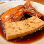 魚がし料理佃喜知 - 金目鯛と豆腐の煮付け900円。里芋煮っ転がしと同じ濃厚な煮汁、かなりうまい!