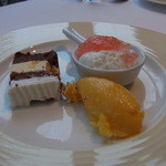 アコール - デザートはヨーグルト、チョコレートケーキ、アプリコットのアイス