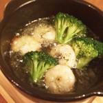 ぷりぷり海老とブロッコリーのアヒージョ Shrimp in garlic olive oil