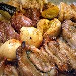 3443139 - 「焼鳥丼」串を外し、七味と山椒を振りかけて