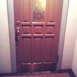 メンバーズクラブ ナンバーワン - ドア前のマットには「MEMBER'S CLUB」の文字が。