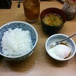 渡来亭 - ロースとんかつ定食のごはん(おかわり可)、味噌汁、半熟卵タレ掛け(たまごご飯にも出来ます)