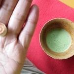 十二湖庵 - 沸壺池の湖底から沸き出す名水「長寿の水」で淹れたお茶と落雁(諸越?)を頂きました。