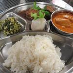 タイ料理 あろいなたべた - 定食も一品料理も終日全品630円です。Eセット630円。                             昔の給食みたいなワンプレートで供されます。