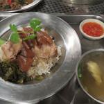 タイ料理 あろいなたべた - Bセットのカオカームー。                             タイ米の白ご飯の上に豚足を八角やシナモンで柔らかく煮込んだものがのってます。