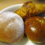 Zazou - 料理写真:あんぱん、クリームボール、クロワッサンフロマージュ