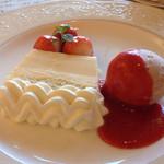 ACERO - 竹鶴のウィスキーを使ってフランベした苺とブランデーケーキは絶品でした