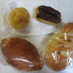 やおきパン - この中からこの日は自宅にパンやケーキを4つ買いましたがこれでも280円でした