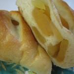 やおきパン - 90円でも中には美味しいシロップ漬けのリンゴがたっぷり入ってました。