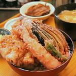 """万両 - ランチの""""天丼""""は海老、ナス、鶏モモ肉などボリュームたっぷり♪"""