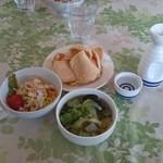 チョムパイ - 2015/01/07(水)11:50 熱燗、サラダ、サービススープ、海老煎餅。