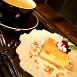 34444739 - ベイクドチーズケーキ&カフェオレのセット♪