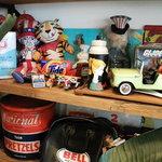 Indy Room Cafe - 奥にあるこちらに指を指している人形がアメリカの象徴、アンクル・サムです
