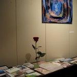 クラインブルー - 店内ではプチ個展が開かれていたり、催し物パンフレットがあったり。